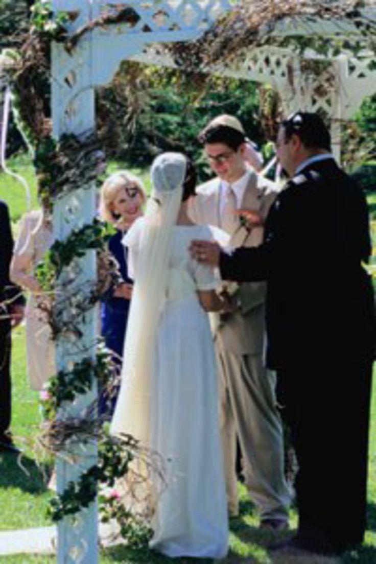 In Deutschland gibt es über 100 jüdische Gemeinden mit mehr als 105.000 Mitgliedern. Trotzdem ist weitgehend unbekannt, wie eine jüdische Hochzeit abläuft...