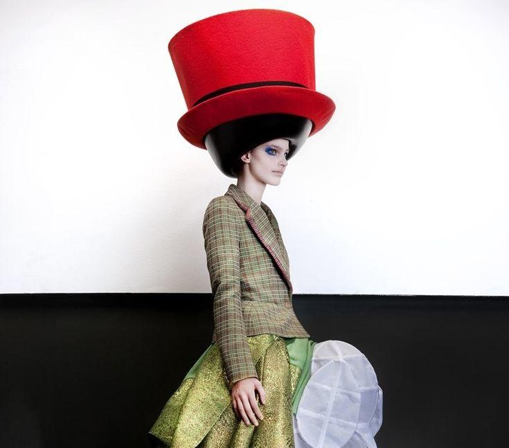Londres será sede de exposição que questiona o mau gosto da moda.   Londres a capital da moda experimental de vanguarda da liberdade de estilo excêntrico nas ruas berço da criação de estilistas rebeldes que brincam com a mistura de gostos em sua moda de Vivienne Westwood a Galliano e McQueen inaugura a exposição The Vulgar Fashion Redefined. A mostrasediada no Barbican Center coloca em pauta o mau gosto e os excessos na moda com mais de 120 peças de grandes nomes britânicos e também…