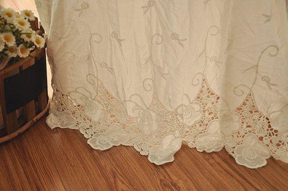 Questo tessuto è materiale puro cotone, con occhiello e ricami floreali su entrambi i bordi smerlati.  Tessuto di cotone occhiello pizzo, off colore bianco, chic e fresca sensazione.  Larghezza è di circa 125cm, questo problema è risolto, prezzo è per un cantiere, se acquisti un pezzo, è 90 x 125 cm, se comprate 2, è 180 x 125 cm, ecc. Più iarde saranno tagliati come un unico pezzo.  Altri in magazzino.  mio link negozio:  http://www.etsy.com/shop/lacetime  Grazie per lo s...