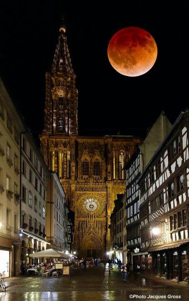 Cathédrale de Strasbourg sous la super lune rouge