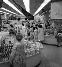 Grands magasins du Printemps. Paris. Juillet 1962.
