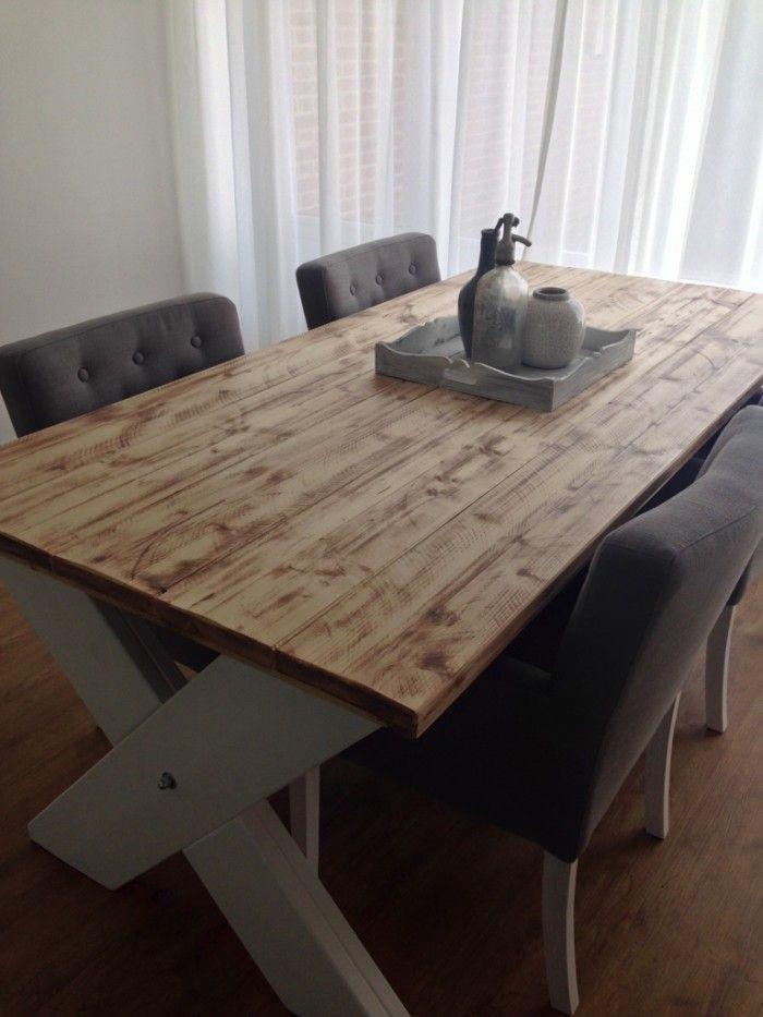 Kruispoot steigerhouten eettafel met een mooie tafelblad , bemaakt van steigerhout 220x98x78 cm, tafelblad bruin doorgeschuurd, onderstel: blanc de blanc, blad is beschermd met een matte lak. yambee diversiteit aan steigerhout en massief houten meubelen
