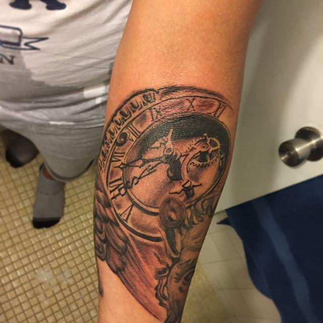 ⏱TATUAJE DE RELOJ ANTIGUO💉 #clocktattoo #tatuajes #tattoo #tattooink #tattoist #tatt #clock #needles #blancoynegro #graywash #ink #work #tattoolove #ilovetattoo #tattoolove #design #fullsleeve  #sleevetattoo