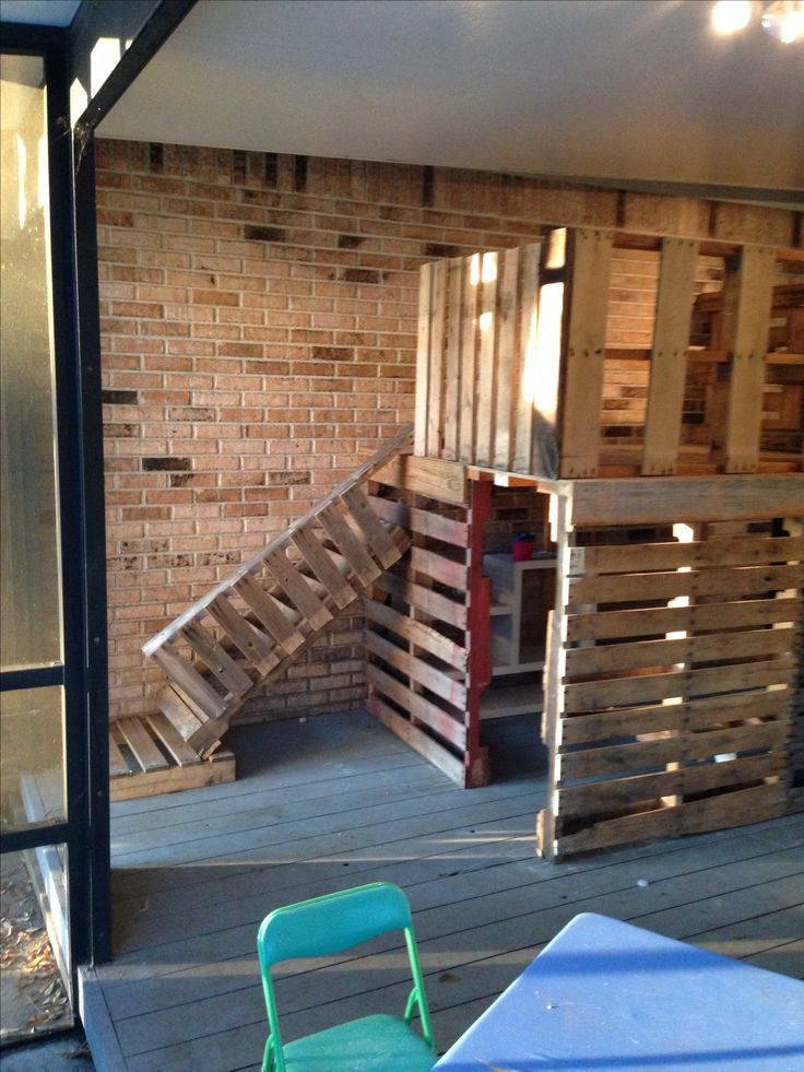 Best 25 pallet fort ideas on pinterest kids garden for Pallet tree fort