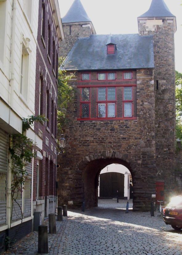 De stadsmuur, Maastricht onder de Helpoort vanuit de Bernardusstraat