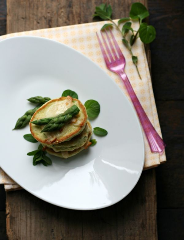 Blinis aromatici di asparago con scamorza affumicata (Blinis with Asparagus and Smoked Cheese) || conlemaninpasta.com