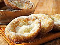 Cornetti semplici a colazione? Facili da realizzare, soffici, soffici e buonissimi. Da gustare così come sono o farcirli con creme, marmellate o cioccolata.
