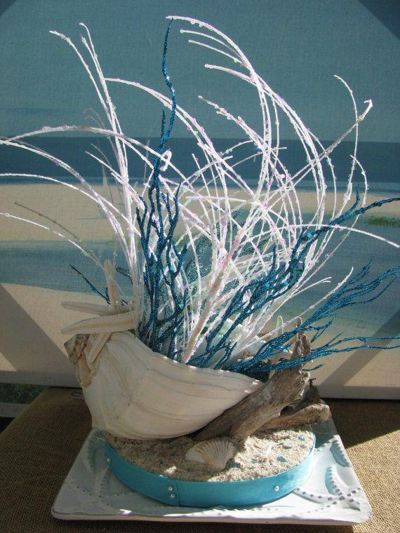 Pieza central bocina Shell estrella de mar concha Beach ~ playa central ~ centro de mesa de estrellas de mar ~ pieza central de la concha ~ decoración costera!  Hola:) ¡Un increíble diseño costero traer elementos del mar a tu mesa! 12 cáscara del Whelk desborda con brillante blanco y hierbas Ocean Blue y Coral proviene! Blanco dedo estrella de mar ~ ~ conchas exóticas ~ ~ iridiscentes burbujas ~ ~ azul algas ~ ~ y una diversión en la playa base vienen juntos en este centro de mesa creando…