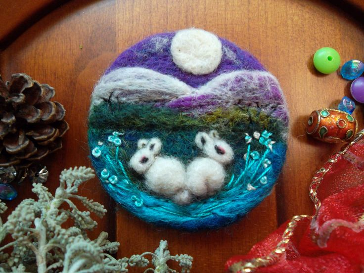 Spilla di lana infeltrita coniglietto, spilla ricamata, spilla feltro fatto a mano, spilla di lana, ooak, regalo compleanno decorazione, by MondoTSK on Etsy
