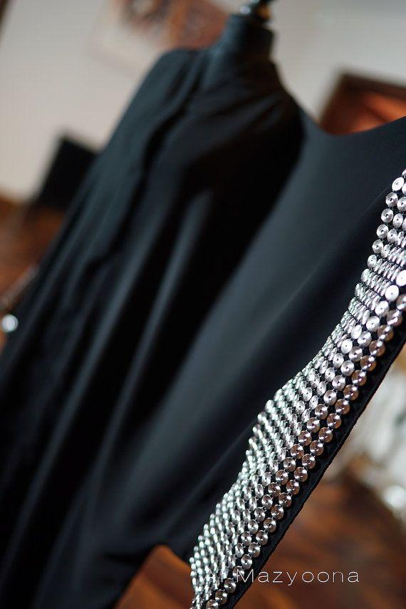 Al Mazyoona Black Embroidered Party Wedding Bisht par Almazyoona