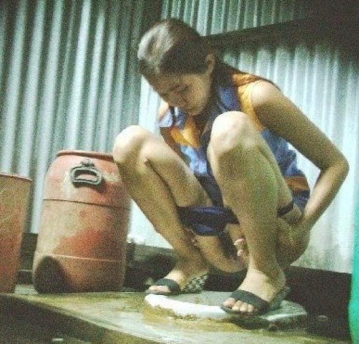 foto hot ngintip memek abg kencing di wc umum 1 rhsia
