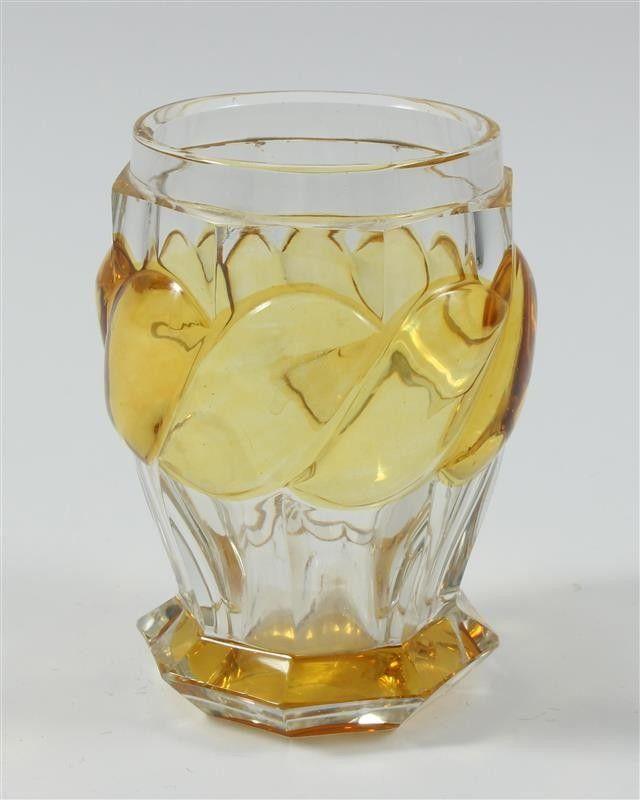 Sockelbecher,+Glas,+farblos,+Böhmen+um+1830 Sockelbecher,+Glas,+farblos,+bauchige+facettierte+Wandung+mit+abgesetzer+Lippe,+breiter+silbergelb+gebeizter+Kordel+und+oktogonalem+Sockel,+Bodenkugel,+Höhe+10+cm,+Böhmen,+um+1830.  180 €