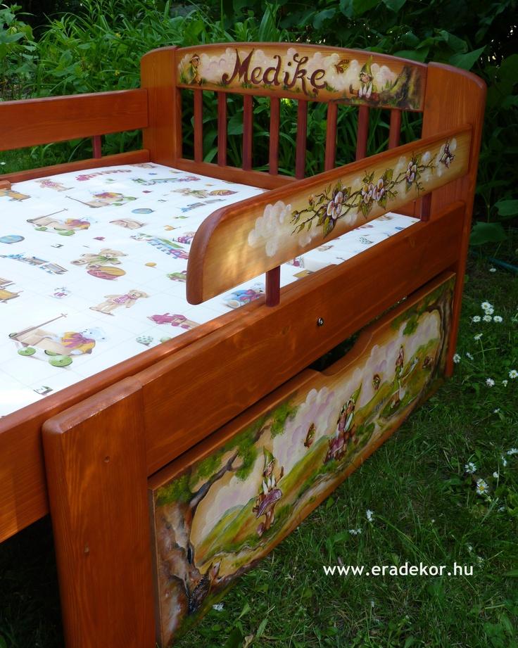 Leesésgátlóval és ágyneműtartóval - Medike névreszóló tömörfenyő festett hosszabbítható gyerekágy ágyneműtartóval, leesésgátlóval. Fotó azonosító: AGYMED04