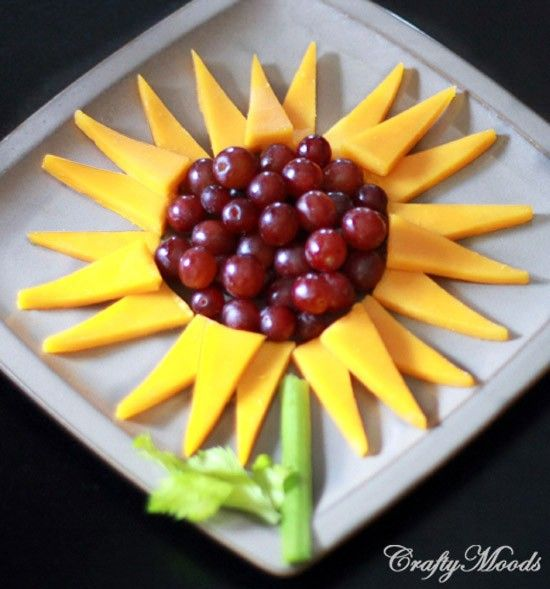 Fun cheesy sunflower and grapes. Another after school snack idea. would be neat for an appetizer for a summer party