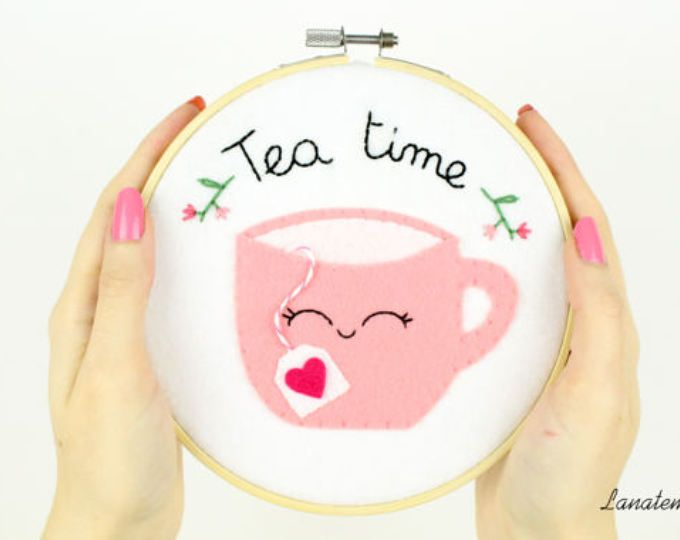 Tazza di tè telaio ricamato, fatto a mano in feltro, decorazione casa, cucina, stanza, hoop, tazza rosa, biscotti, quadretto da appendere