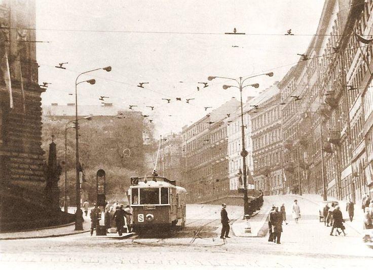 Tramvaj projíždí v roce 1966 Mezibranskou ulicí. Dnes se tudy ženou tisíce aut po severojižní magistrále - (Foto: autor neznámý)