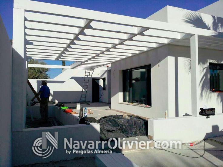 Pergola estructural decorativa en vigas de madera laminada en color blanco. Puerto Rey, Almería by www.navarrolivier.com