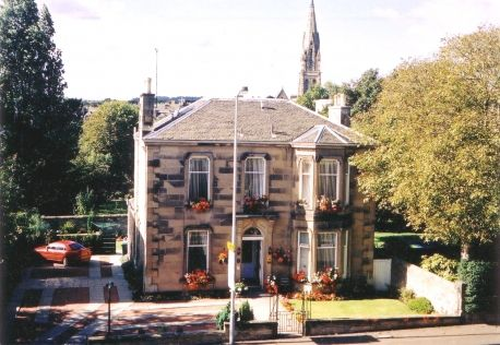 RoomAuction Hotels: The Abcorn Guest House is personally run by the owners, Jimmy and Marjorie Kellacher, and their daughter Maria, who assure you of a warm welcome and friendly attention throughout your stay in Edinburgh. The Abcorn is a detached villa with a private car park situated on one of the main routes to the city. #Edinburgh city centre is only one mile away and is served by a frequent bus service.