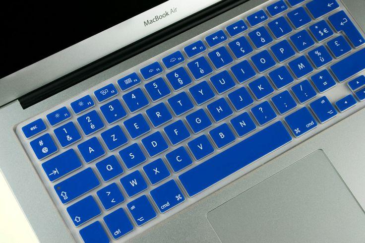 Magnifique rendu d'une protection bleue pour MacBook Air 13 en place sur un clavier !