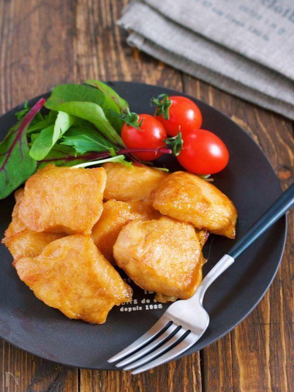 鶏むね肉を使った ポリ袋でできる簡単メイン♪ 作り方は、とーっても簡単で ポリ袋にむね肉と下味を入れてモミモミ〜 あとは、フライパンで焼いたら完成です♡ ちなみに、こちら冷めても美味しく 作り置きしても固くならなかったので お弁当にもオススメ!! 朝もんで→夜焼いて夕飯に♪ 夜もんで→朝焼いてお弁当に♪ と、使い方も自由自在です!