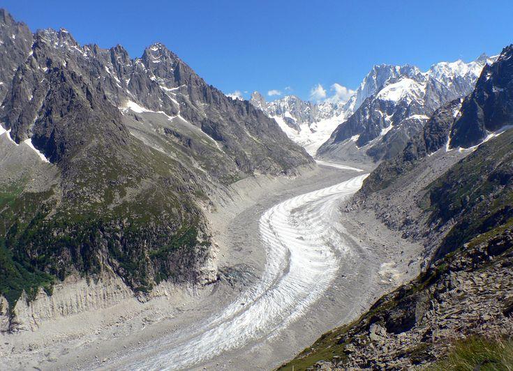 Partez à la découverte de la Mer de Glace dans la Vallée de Chamonix. Par le petit train à crémaillère du Montenvers, dépaysement garanti en 20 minutes!