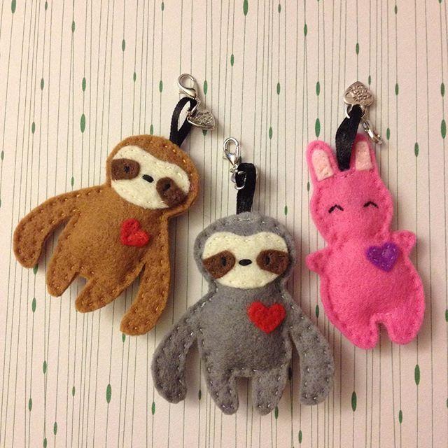 New felt keychains: sloth and bunny #keychain #sewing #feltsewing #sloth #bunny #faultier #hase #filznähen #filz #niggyarts #mojo #anhänger #luckycharms #instasew #handmade #handmadewithlove #slothlove #bunnylove #filzanhänger #kawaii #kawaiibunny #namakemono