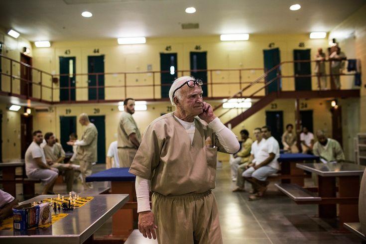 U detenuto del John J. Moran. Ha 75 anni e ne deve scontare 55 per violenza sessuale. Si trova in carcere dal 1992. Brown nega di aver commesso il reato e rifiuta di seguire un programma di riabilitazione necessario per richiedere i domiciliari. Fa il falegname, gli piace lavorare nella biblioteca del carcere e nella lavanderia. È cieco da un occhio, soffre di artrite e ha avuto svariate operazioni alle ginocchia. Al momento ha anche un'infezione all'orecchio. (Andrew Burton / Getty Images)