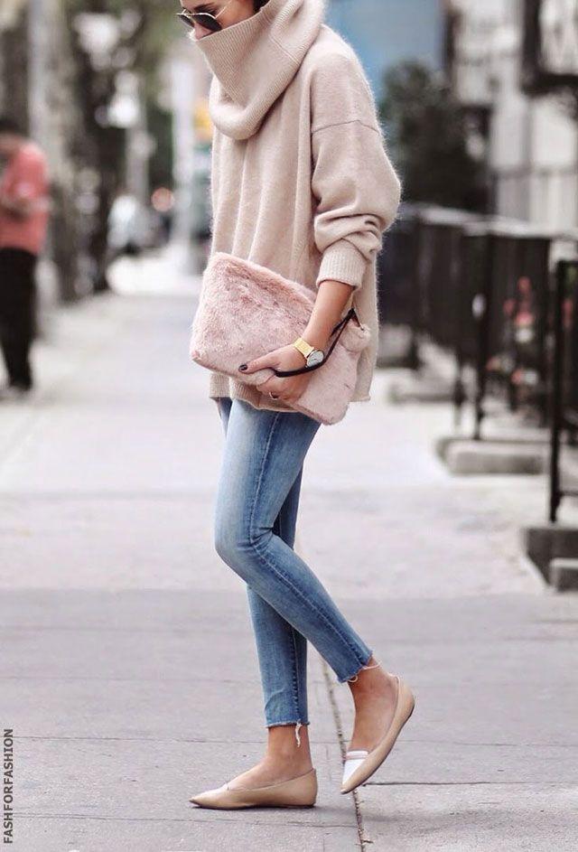 MAXI maxi col roulé beige + slim + ballerines pointues + sac rose fourrure + montre = un look minimaliste très désirable