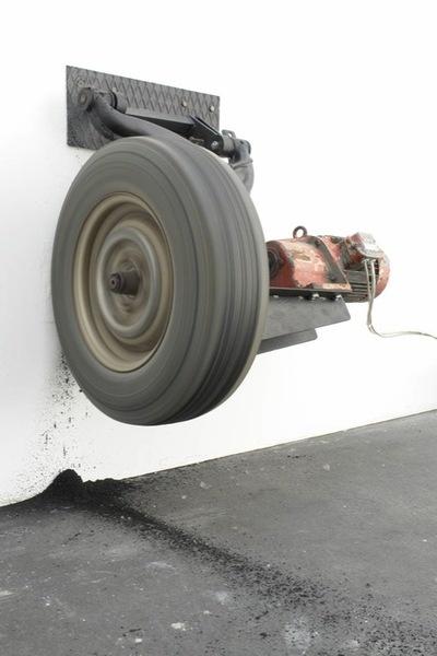 Michael SAILSTORFER: Zeit ist keine Autobahn – Berlin, 2009. Reifen, Eisen, Elektromotor, Strom, Wand, Format variabel. © VG Bild-Kunst, Bonn; Courtesy Johann König, Berlin.