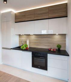 weiße Küchenschrankfronten, schwarze Arbeitsplatte und Holz Rückwand