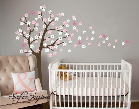 Weht Kirschblüte Baum Wandtattoo fliegende Schmetterlinge. Können wir dieses Wandtattoo in jeder Größe und Farben, die Sie wollen! Kontaktieren Sie uns, wenn Sie erhalten eine kostenlose benutzerdefinierte Vorschau zu sehen, wie dieses Wandtattoo an Ihrer Wand aussehen wird. Ca.