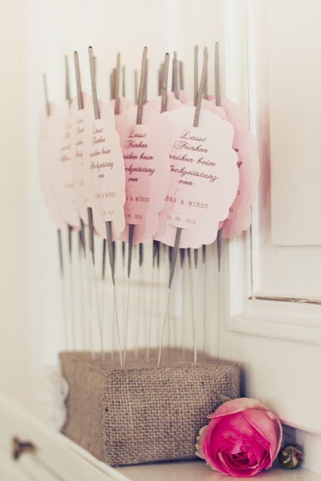Ihr wollt Funken sprühen lassen? Dann lege ich Euch dieses wundervollen Wunderkerzen mit personalisierten Labels ans Herz.  Iideal für alle Vintage und Rustic Weddings.    Das dazugehörige...