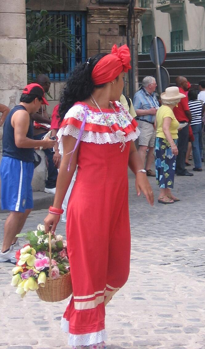 Leticia Pérez Sánchez: mujer vestida con ropa tradicional. La Habana (Cuba). Febrero 2008. Plano de conjunto a color. JPEG 666 x 1135 píxeles. 72 ppp.
