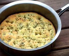Ingredientes 1/3 de xícara de água morna 1/2 colher (chá) de açúcar refinado 1 colher (chá) de fermento biológico seco 3 colheres (sopa) de azeite de oliva 1 xícara de farinha de trigo 1/2 colher (chá) de sal 2 colheres (sopa) de alecrim 1 colher (sopa)...