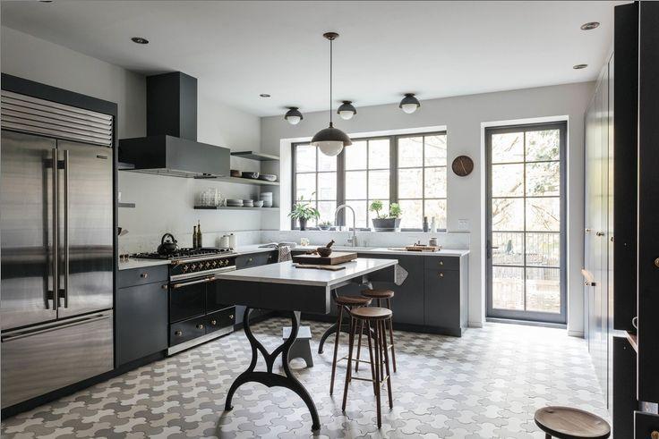 Второй этаж. Кухня располагает к тому чтобы проводить здесь время, готовить и общаться. Изящные барные стулья у кухонного острова способствуют общению.