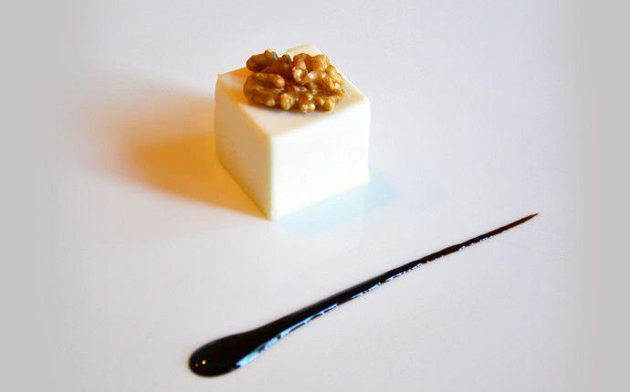 Panna cotta salata al parmigiano con cuore dolce di pere