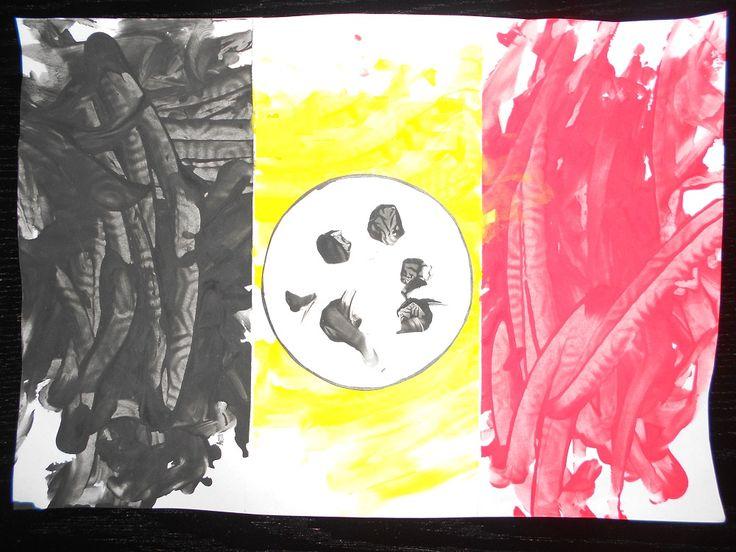 De 3 kleuren laten verven, een vorm van een bal bestempelen en erop plakken.