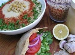 Hummus - 400 g kikkererwten,  3 eetlepels tahin,  sap van 2 citroenen, 3 teentjes knoflook,zout, 4 eetlepels olijfolie,  korianderblad of sumak