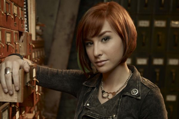 I want to grow out my hair until I watch Allison Scagliotti (Claudia Donovan), Warehouse 13 and want to cut it just like hers!