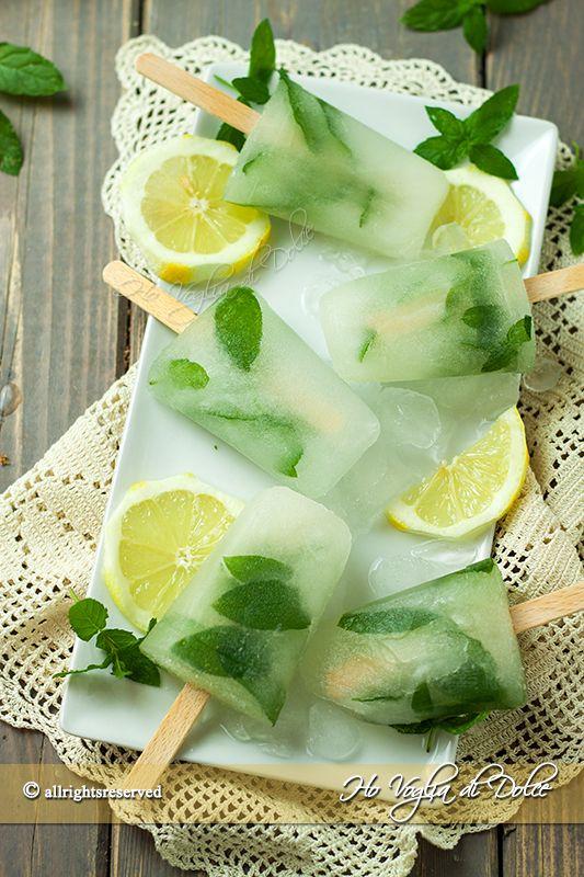 Ghiaccioli al limone e menta, una merenda fresca perfetta per l'estate. Ghiaccioli con succo di limone, una ricetta facile, veloce, freschissima.