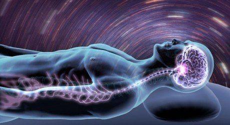 Почему мы дергаемся, когда засыпаем.    Если  вас когда-либо занимал вопрос, почему у людей, погружающихся в сон, внезапно дергаются руки и ноги, то у психолога Тома Стаффорда есть ответ.   Когда мы отдаем наше тело во власть сна, мозг испускает внезапные импульсы, которые заставляют подергиваться наши руки и ноги. Одних людей  это пугает, других – смущает. Меня же эти сонные подергивания, они же «гипногогические судороги», буквально завораживают. Никто точно не знает, что является их…