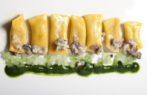Maccheroni al torchio con anguilla affumicata, ragu d'ostrica e salsa di spinaci - Gazzetta Gastronomica