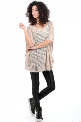 Beige poncho i løst strikk med gulltråder i stoffet. Løs og ledig med stor halsåpning.