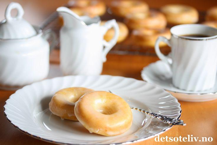 """Sponset innlegg. Donuts (eller Doughnuts) er amerikanernes variant av det vi i Norge kaller smultringer. Du finner dem i de fleste bakerier i USA i ulike størrelser og varianter, men et kjennetegn er at de gjerne er dekket med glasur og strøssel.Amerikanske donuts fylles dessuten ofte med vaniljekrem eller annetdeilig fyll. Norske smultringer stekes jo i smult,mens klassiske, amerikanske donuts gjerne stekes i olje. Det nye på markedet er imidlertid spesielle """"Donut pans"""" - som…"""