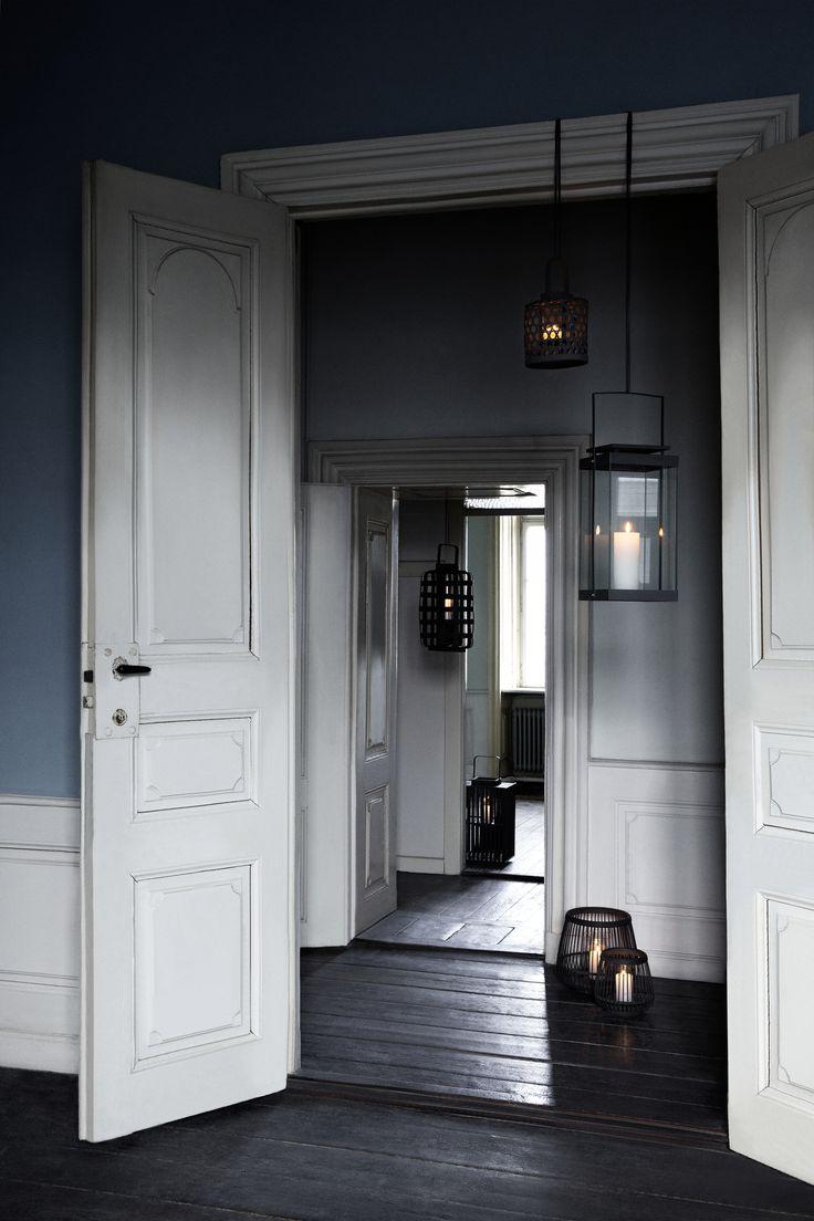 Broste Copenhagen AW 14. Styling Nathalie Schwer. Photographer Line Thit Klein. Vita spegeldörrar, mörka väggar och höga golvlister (spegelväggar)