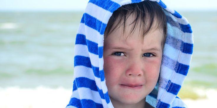 Kind mit Neurodermitis leidet an Dellwarzen