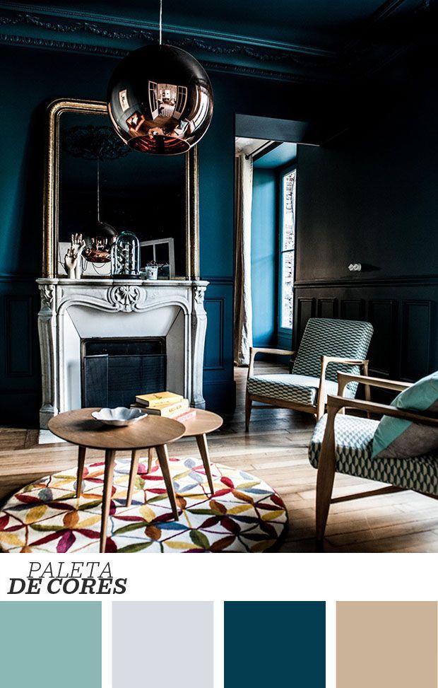 As paredes escuras são capazes de reinventar qualquer ambiente. Nesta sala clássica, remodelada pelo estúdio Royal Roulotte, as paredes cheias de boiseries ganham ares contemporâneos ao serem cobertas por um profundo tom de azul. Destaque também para o contraste de épocas! <3 Clique na foto para saber mais