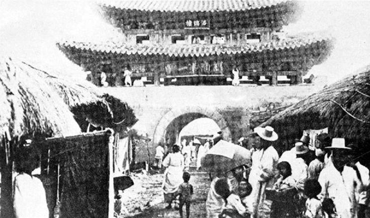 대구 Dalseong-mun (Nak-yang-ru) Gate 1900년대 초 옛 대구부의 상징 달성문(낙양루)안 풍경
