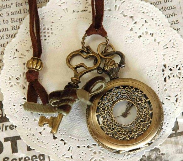 懐中時計のネックレスです。この懐中時計、本物なんですよ!動くんです!チクタクと時を刻む懐中時計は不思議の国のアリスに出てくる、ウサギを急かした懐中時計かも!?...|ハンドメイド、手作り、手仕事品の通販・販売・購入ならCreema。