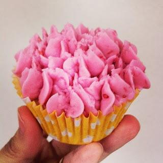 Cupcakes al limone e lampone. Base al limone con al interno un lampone e buttercream al lampone